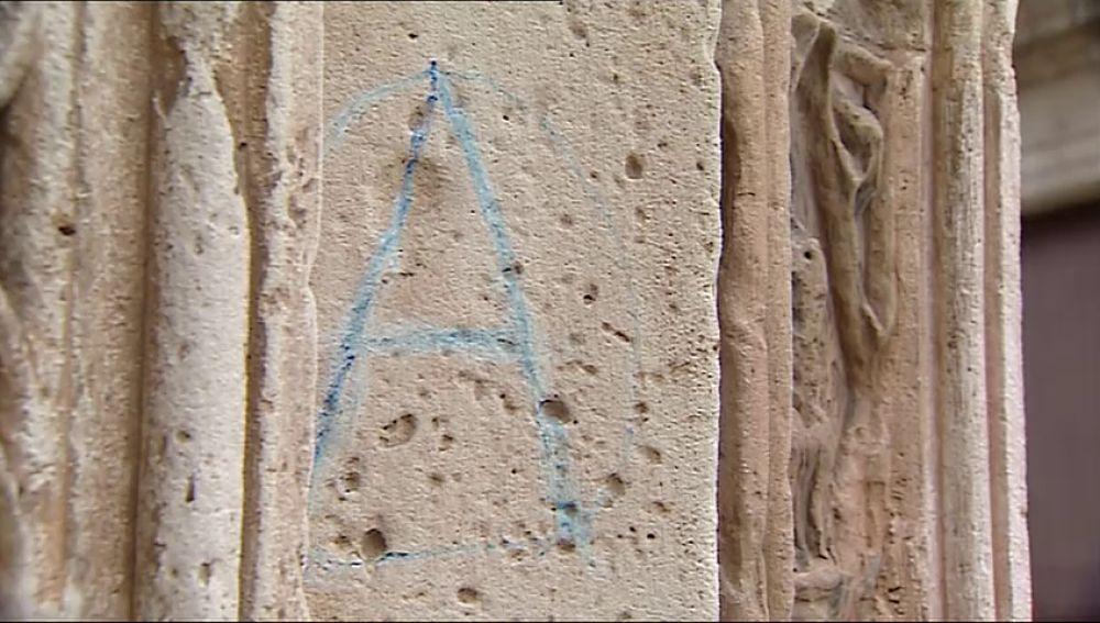 Detienen a un hombre por pintar la fachada de la Catedral de Valencia