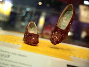 Recuperan los zapatos rojos de Judy Garland en 'El mago de Oz'