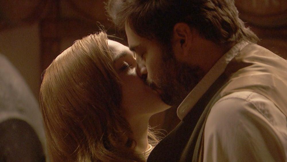 Julieta y Saúl, pasión descontrolada ante el peligro
