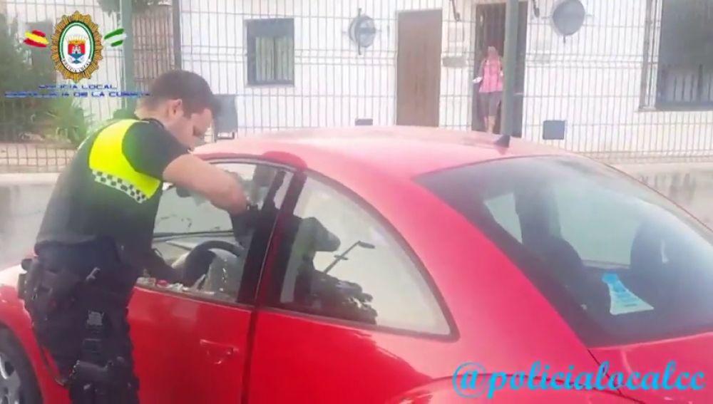La Policía Local de Castilleja de la Cuesta rescata a un bebé del iinterior de un coche