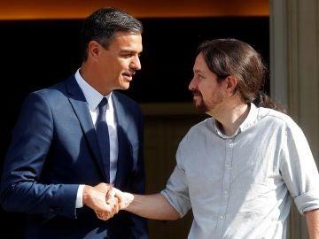 El presidente del Gobierno, Pedro Sánchez, recibe al secretario general de Podemos, Pablo Iglesias.
