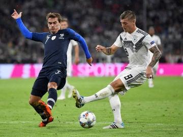 Kroos pasa el balón ante la defensa de Griezmann