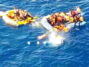 Salvamento difunde las imágenes del rescate de una patera semihundida en Alborán