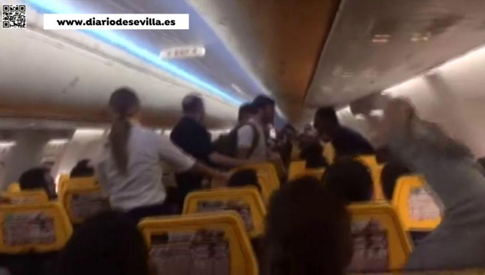 La Guardia Civil denuncia a un joven magrebí por lanzar proclamas a favor del Islam en un vuelo Sevilla-Barcelona