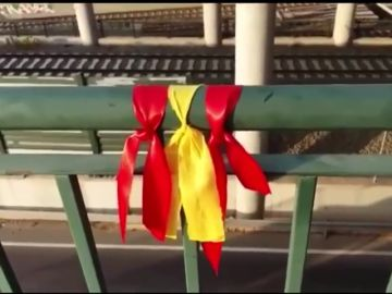 Un ciudadano añade dos lazos rojos junto al amarillo y los convierte en bandera de España
