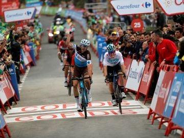 Geniez celebra su triunfo en la etapa de la Vuelta