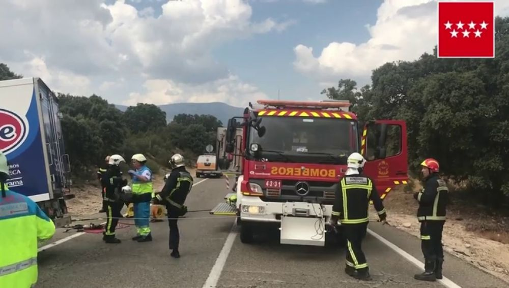 Una persona ha muerto en un choque frontal entre un coche y un camión en Valdemorillo, Madrid