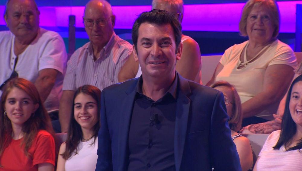 Arturo Valls bromea con la visita de una persona muy importante para él