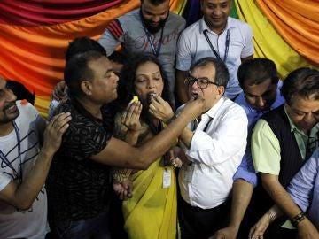 Miembros de la comunidad LGTB india celebran el fallo del Tribunal Supremo