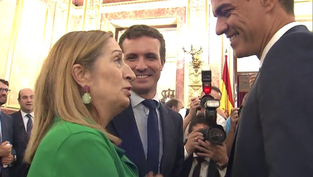 Saludo entre Sánchez y Casado
