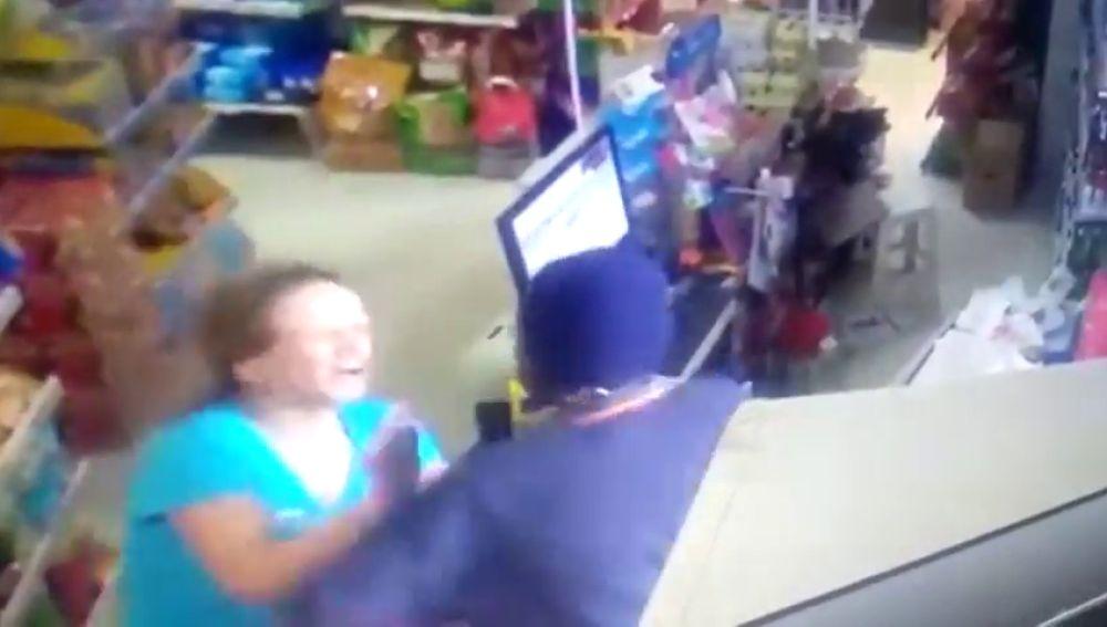 Una cajera de un supermercado planta cara a un atracador armado