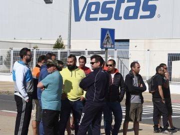 Trabajadores de Vestas durante la concentración frente a la planta de Villadangos del Páramo