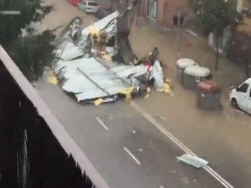 Una gran tormenta sobre Granollers provoca el desprendimiento de parte del techo de una peluquería