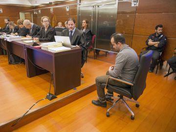 El presunto asesino de una bebé en Vitoria al comienzo de la segunda sesión del juicio que se sigue contra él en la Audiencia Provincial de Álava