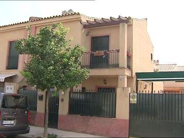 Cinco encapuchados han asaltado la vivienda de un empresario armados con hachas y cuchillos en Bormujos, Sevilla.