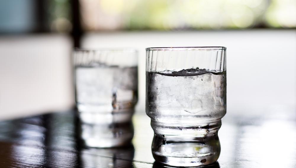 Imagen de un vaso de agua con hielo