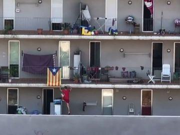 Escala por una fachada para 'okupar' una vivienda en Sant Adriá