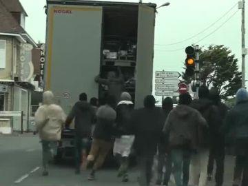 Camión en Calais asaltado por inmigrantes
