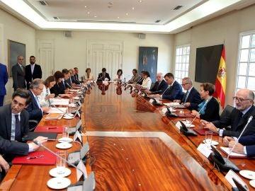 El presidente del Gobierno, Pedro Sánchez, preside la reunión del Patronato de la Fundación Carolina