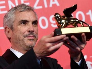 El director mexicano Alfonso Cuarón, con el León de Oro que ganó en 2018 por 'Roma'