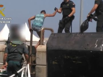 La Guardia Civil rescata con vida a diez inmigrantes atrapados bajo un muelle del puerto de Algeciras