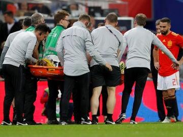 Luke Shaw, en camilla tras sufrir el golpe en Wembley
