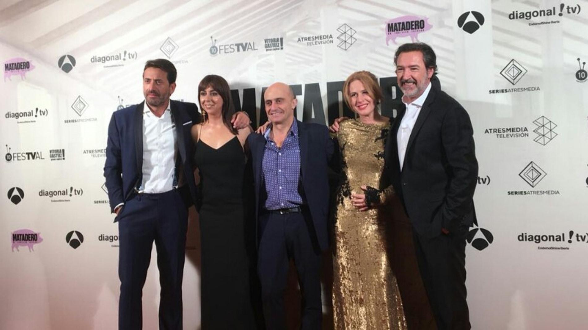 Los protagonistas de 'Matadero' en la premiere del FesTVal de Vitoria