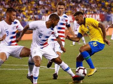 Yedlin intenta robar el balón a Neymar