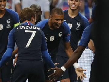 Griezmann celebra un gol con Mbappé
