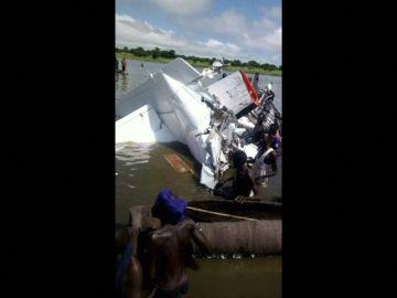 Al menos 19 personas mueren al estrellarse una avioneta contra un río en Sudán del Sur