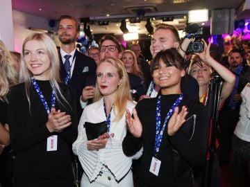 Partidarios de los Demócratas Suecos celebran los sondeos a pie de urna, este domingo en Estocolmo