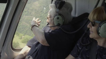 Una emocionada Julia sube por primera vez en helicoptero