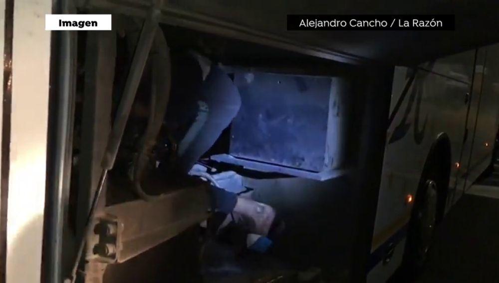 Dos menores inmigrantes intentan entrar a España en los bajos de un autobús