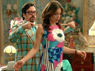 María diseña con emoción su traje de novia