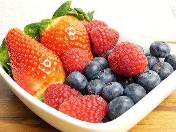 Una de estas tres frutas es la que más pesticidas contiene. ¿Adivinas cuál es?