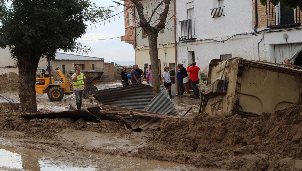 Estado de algunas calles tras la inundación en Cebolla