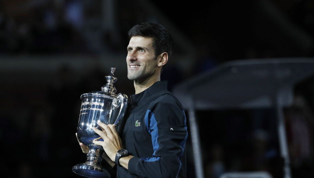 Djokovic posa con el trofeo del US Open