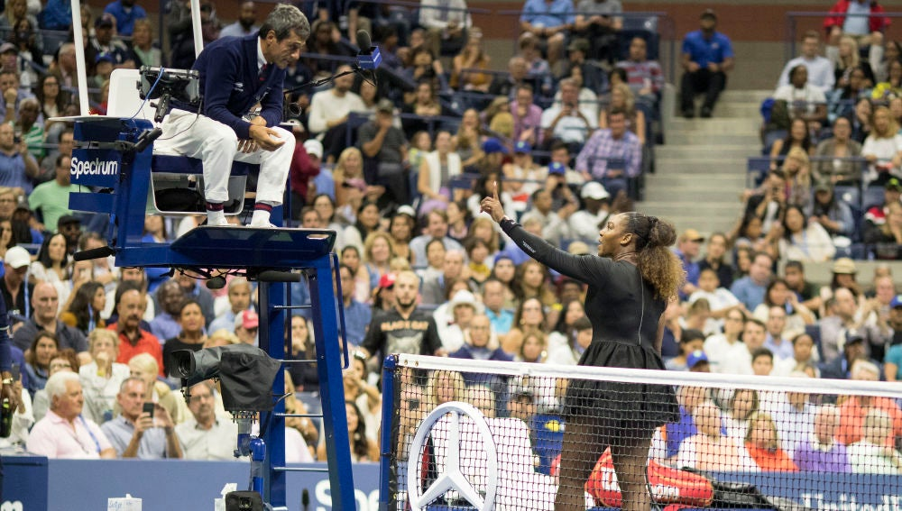 Serena Williams discute con el juez de silla en la final del US Open