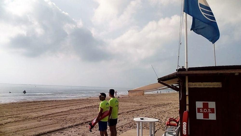 Socorristas en uno de los puestos de asistencia de las playas de Elche