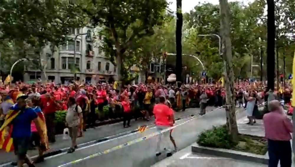 Los minutos de silencio programados por la ANC, interrumpidos por el himno de España en la manifestación por la Diada
