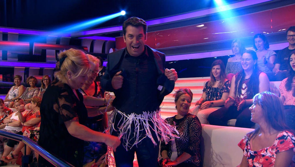 El público de '¡Ahora Caigo!' prepara la falda más original a Arturo Valls