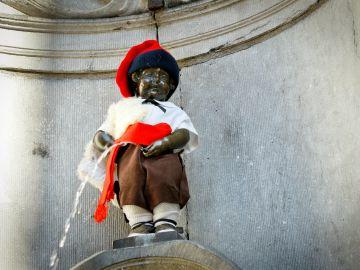 El Manneken Pis, vestido de pastorcillo catalán