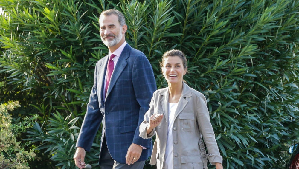 Los Reyes de España tras acompañar a sus hijas al colegio