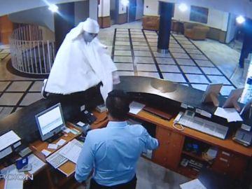 Se viste como un fantasma para atracar un hotel