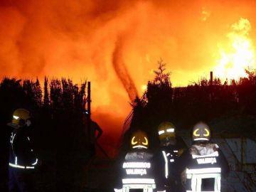 El fuego arrasa una nave de reciclaje en O Porriño