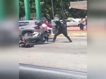 PELEA ENTRE UN MOTORISTA Y UN POLICÍA EN MÉXICO
