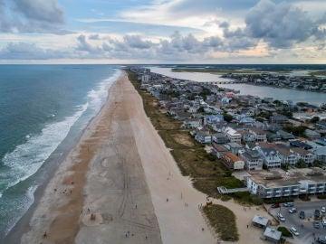 Vista de las playas casi vacias dos días antes de que llegue el huracán Florence