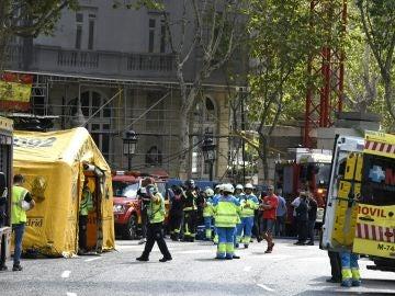Integrantes de los servicios de Emergencias en las inmediaciones del madrileño hotel Ritz