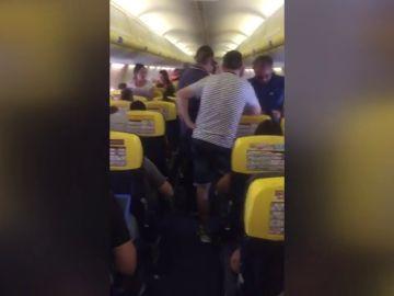 Los pasajeros de un vuelo de Ryanair esperan tres horas dentro del avión en Valencia