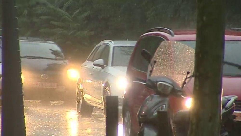 La lluvia causa grandes retenciones en área de Barcelona, con colas de 16 kms